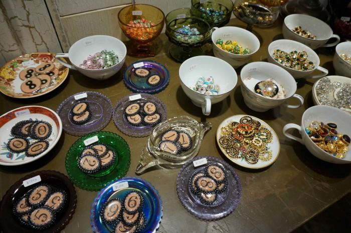 マットな素材感が陶器やガラスと見事にマッチ!インテリアの参考にもなりそう。
