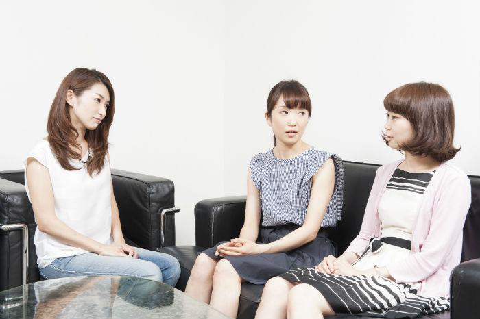 大人のニキビあるあるで盛り上がる女子会。左から村上さん、長谷川さん、浅井さん