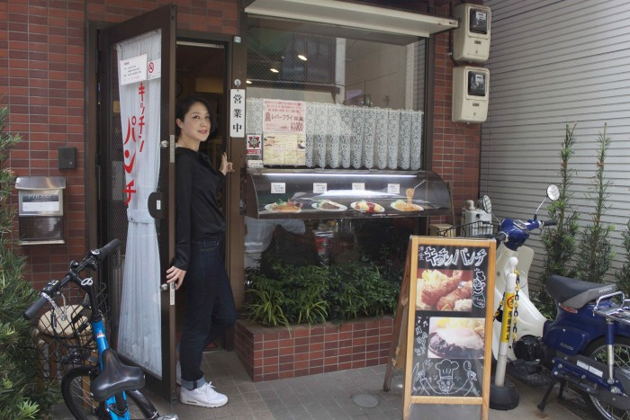 中目黒駅から徒歩3分。手書きの立て看板が目印の、老舗洋食屋キッチンパンチ。