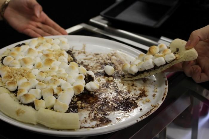 「ダークチョコレートヘーゼルナッツピザ」(スライス 税込609円)