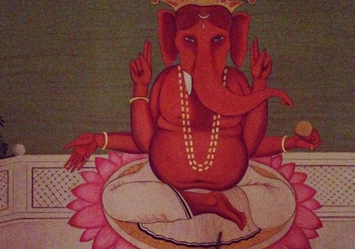 インドの象の神様、ガネーシャ像の前にはキャンドルが。