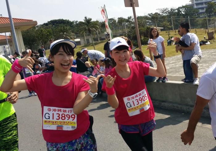 沿道の応援にテンション上がるふたり。左から、櫻井さん、能美さん。