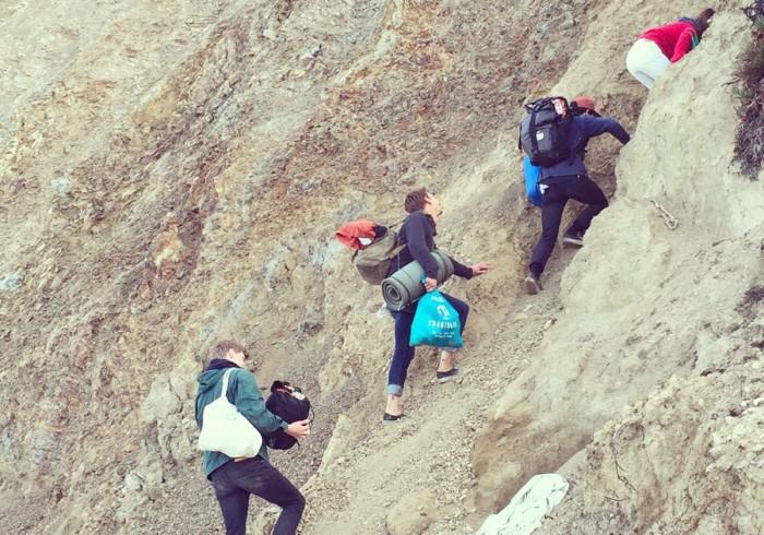 一夜明け、急すぎる崖に驚愕。しかも素手で登るのです。