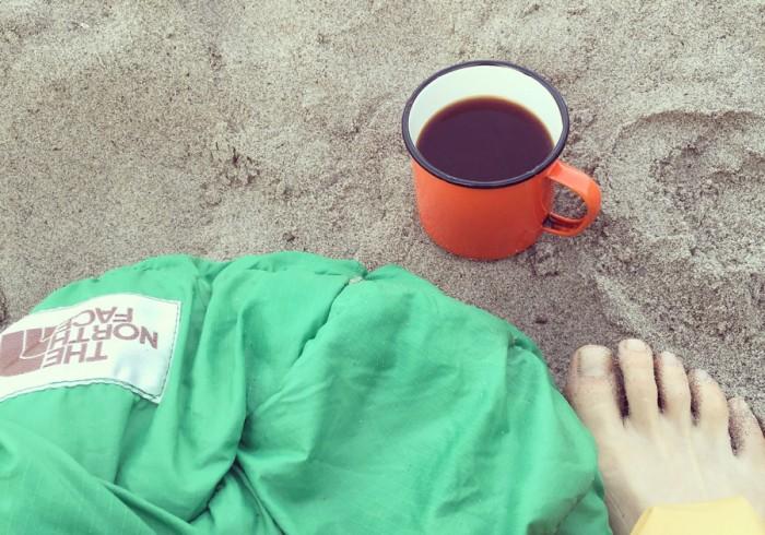 ゴロゴロしていたら、目覚めのコーヒーが。目の前にはただ海が広がるだけ。
