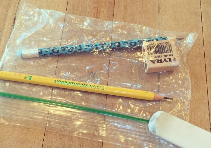 鉛筆と筆箱代わりのジップロック。鉛筆の素晴らしさを再発見。