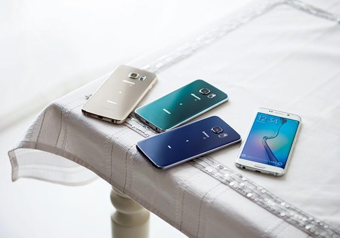 docomoとauから発売のスマートフォン「Galaxy S6 edge」。カラーは4色、左からゴールドプラチナ、グリーンエメラルド(docomoのみ取扱い)、ブラックサファイア、ホワイトパール。
