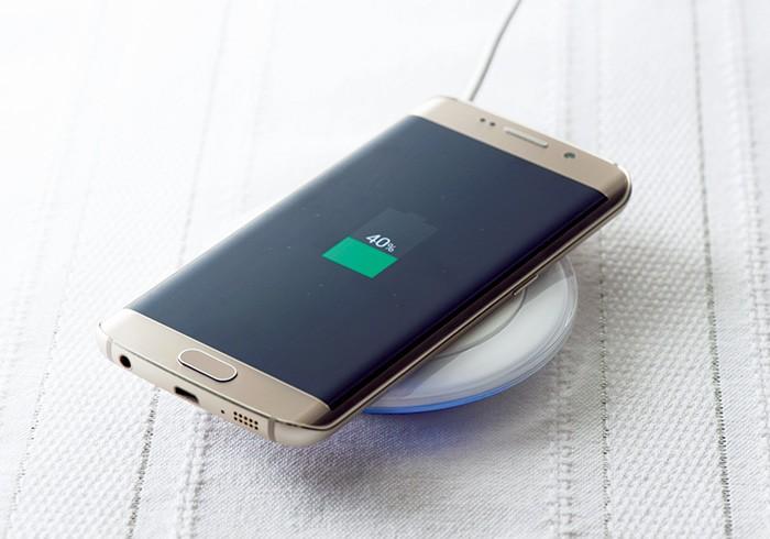 別売りのワイヤレスチャージャーは、置くだけでスマホを充電できるスマートな充電器。手のひらサイズの丸いルックスもかわいい。このほか約10分の充電で4時間使える急速充電器もあり。