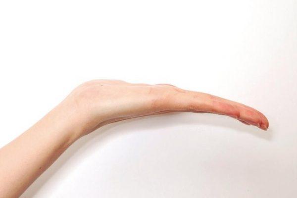 すっきりシャープな印象の手
