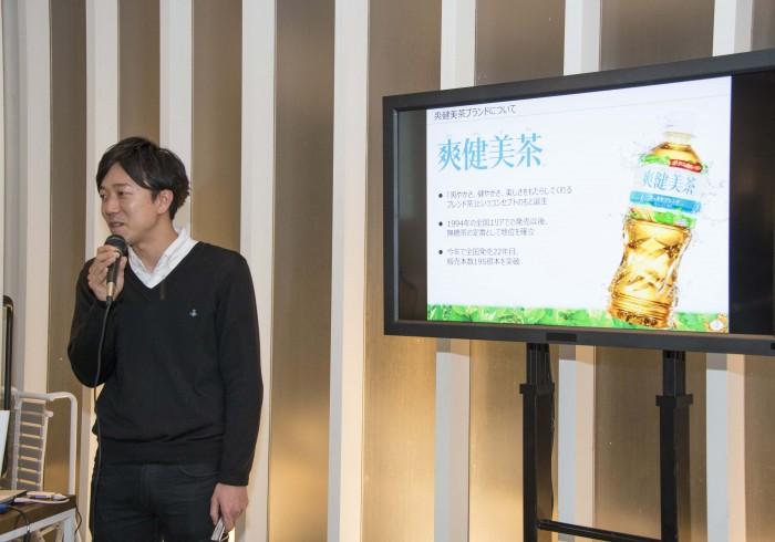 キャンペーンの説明をする日本コカ・コーラ「爽健美茶」ブランド爽健美茶の佐藤さん。