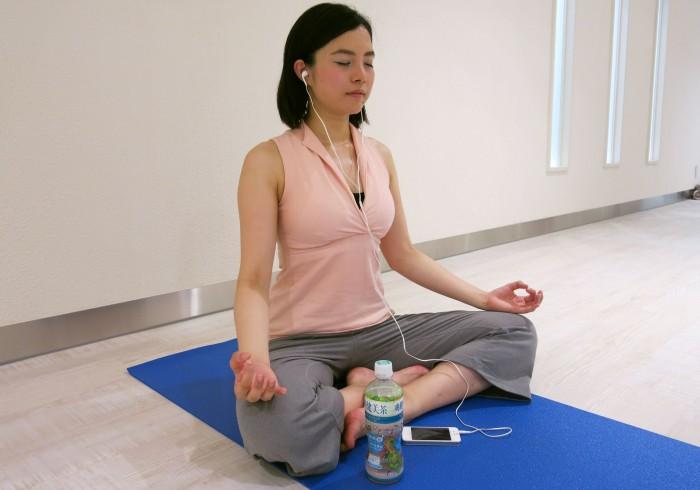 迫屋 奈津美さん(No. 198)。爽健美音で五感からリラックスを導いて、ポーズの強度アップ。