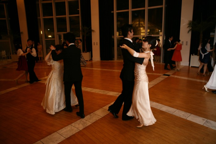 各々踊りを楽しむ参加者。