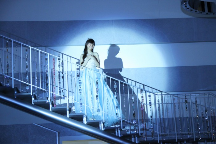 シンデレラが階段上から登場。
