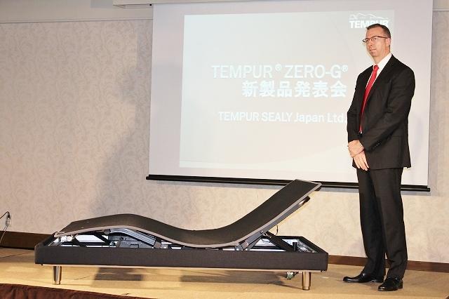 こちらが新型ベッド「TEMPUR Zero-G Curve」!写真はマットレスなしの状態。