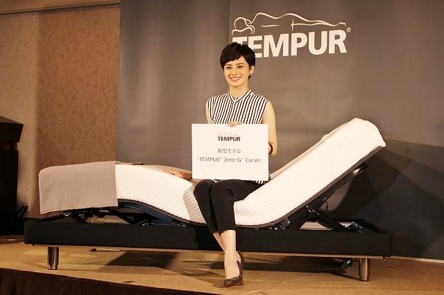新型ベッド体験者第一号であるゲストのホラン千秋さん。