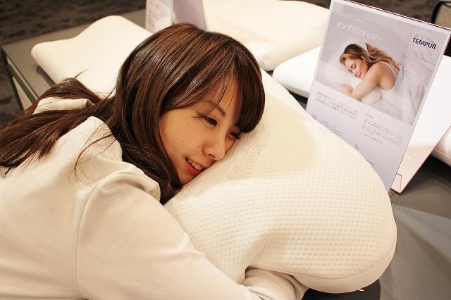 抱きやすいようにくびれがあるテンピュール枕。