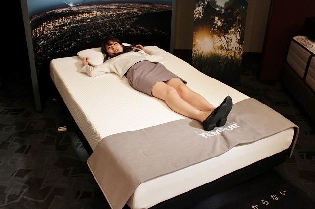 まずはフラットのベッドに寝転びます。
