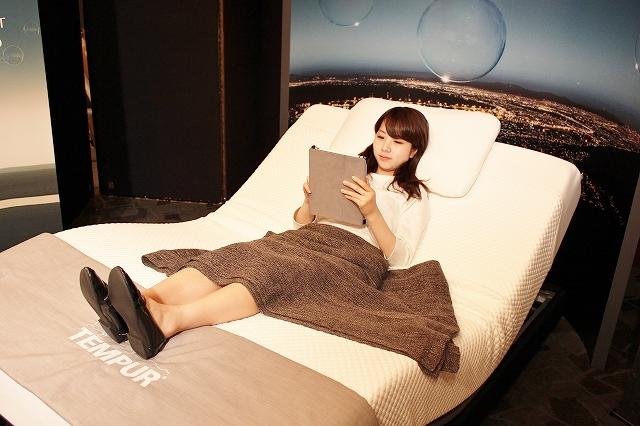 リモコンで上体を起こせば、そこはもう無重力! リラクゼーションミュージックを聴きながら、寝に入る滝沢さん。