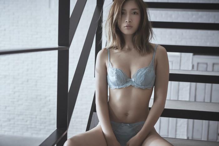 紗栄子さんのランジェリーショット。