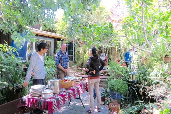 オーガニックの野菜やフルーツをふんだんに使ったヴィーガン料理をお庭で頂きます。サムの作るサルサは最高の味!(写真・藤井麗美)