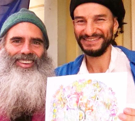右の男性がパンチョで左の男性がサム。手にしているのは参加者の1人、アーティストのNickyが描いた絵。(写真・宇井裕美)