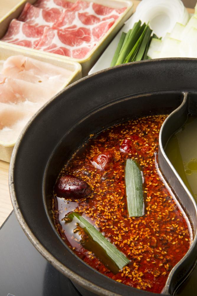 蒙古炎鍋。薬膳鍋好きも激辛鍋好きも、これ一つで両方味わえちゃう!