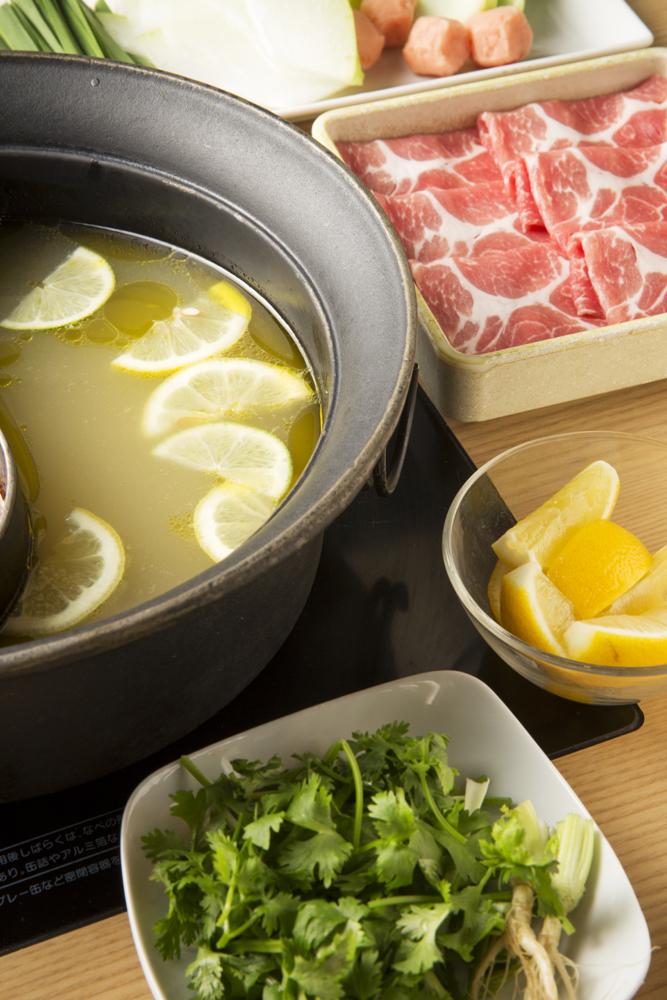 塩レモン鍋。食欲が落ち気味な人でもサッパリいただける同鍋は、疲労回復と美容に効果てきめん。