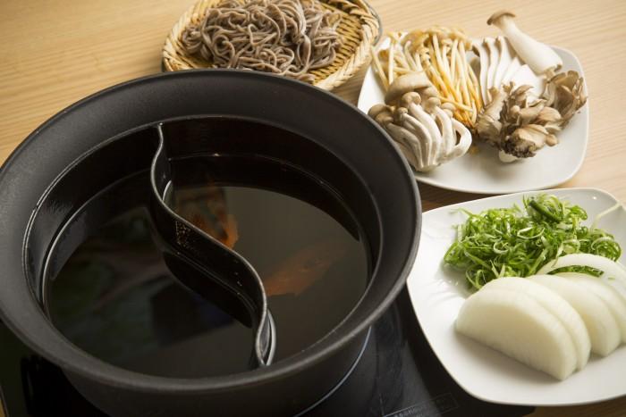 ボディメイク鍋(右から「極み鍋」、「秘伝月見しゃぶ鍋」)。