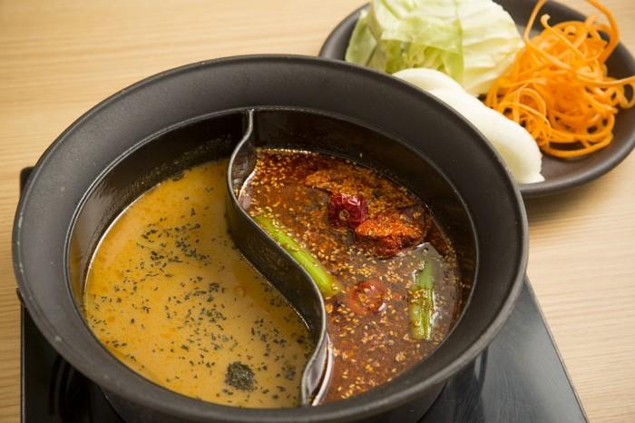 代謝促進鍋(右から「蒙古炎鍋」、「北海道熟成カレー鍋」)。