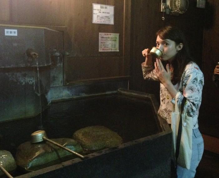 湧いたばかりの炭酸泉をゴクリッ。