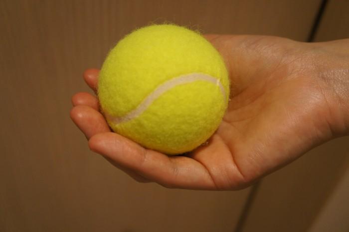 テニスボールを肩甲骨まわりに当てながらマッサージ。当てるだけなら、自宅でも真似できそう。