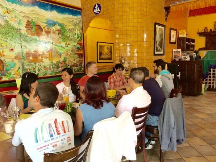 なんと店内は90分待ちと大人気のレストラン「カルマ キッチン」。