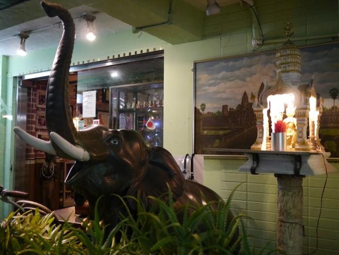 お店の前にはゾウさんが!