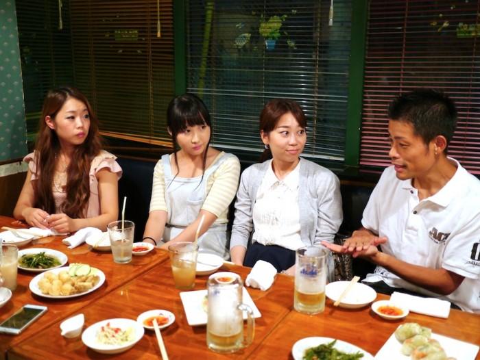 真剣に小野塚コーチのアドバイスを聞くメンバーたち。