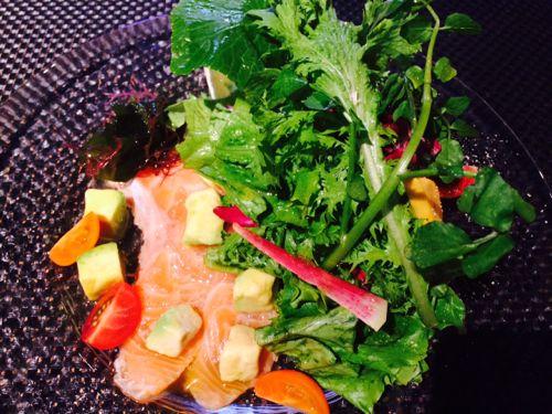 「自家製スモークサーモンとアボカドのサラダ」¥980(税抜)