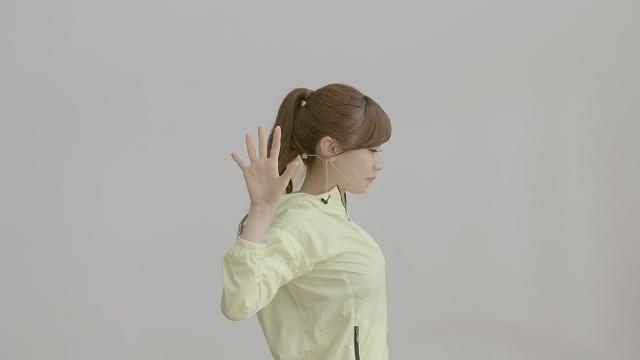 手順2のやり方を横からみた図。「手は耳の裏を通過させましょう」(湯田さん)