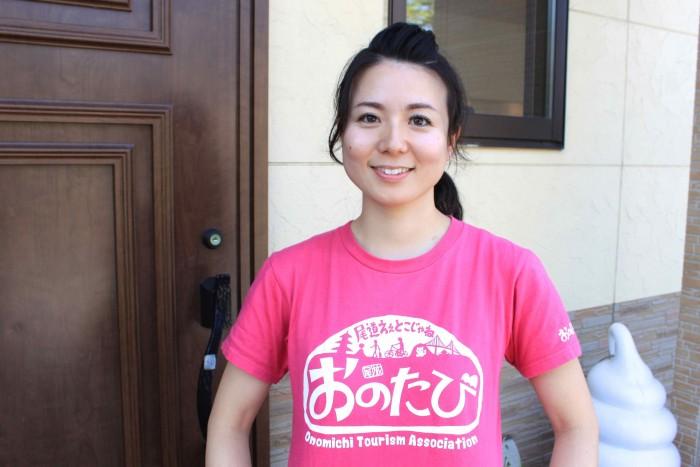 ピンクのTシャツがインパクト大! 尾道観光局の美人主任石原さん。