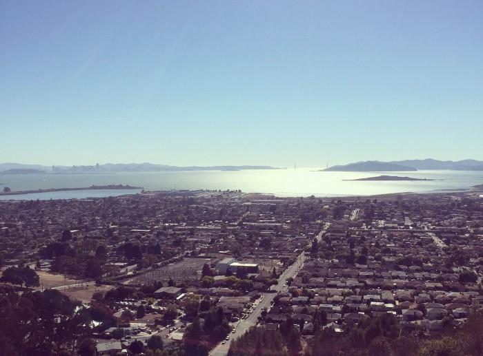 心がモヤモヤしたら、家の近くの丘に上がります。美しい街並み、キラキラ輝く海を見下ろしているうちにスッキリ。