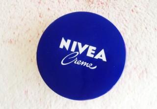 冬の乾燥はおばさん顔に…! もち肌に導く「ニベア青缶」意外なワザ2選