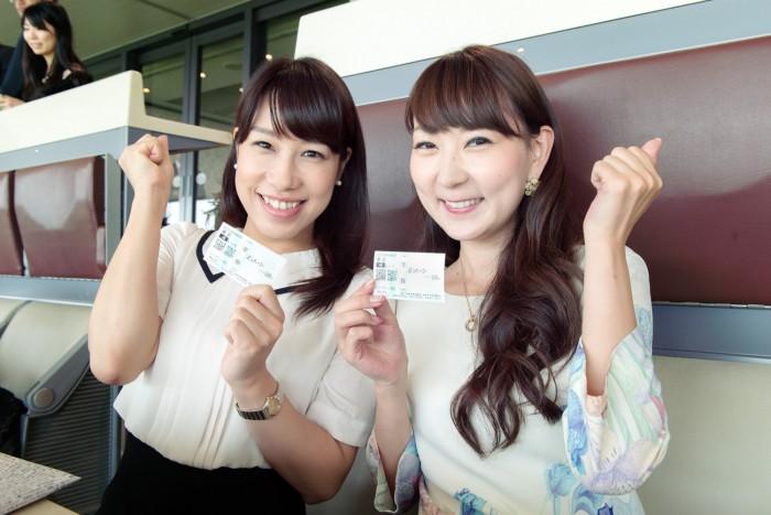 馬券を購入して、あとはレースのスタートを待つばかりの櫻井智絵さん(No.155)、能美黎子さん(No.57)。