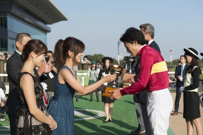 ●●選手にトロフィーを手渡す尾谷さんとShinoさん。