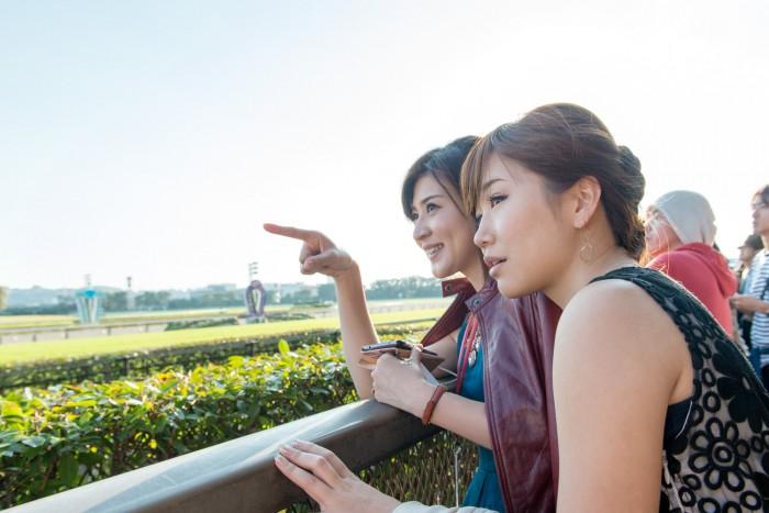 うま部メンバーのShinoさん(No.148)と尾谷萌さん(No.63)もコースを駆け抜ける馬たちに熱い視線を送る!