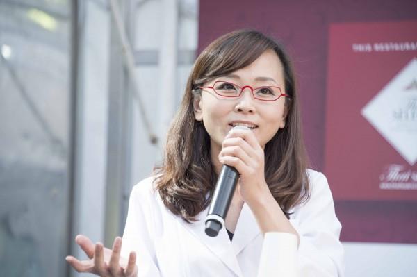 白衣に赤メガネがステキ❤︎な、管理栄養士の浅野まみこ先生。