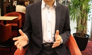小林一行さん。ダイエットセラピスト。日本ダイエット健康協会認定インストラクター。国際メンタルセラピスト協会認定メンタルセラピスト。過去にストレス太りで23kg増加するも、意志の弱い自分でも続けられる簡単なダイエット法を独自に編み出し、2年で25kgのダイエットに成功した。