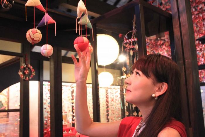 美しい和細工にうっとり見惚れる能美さん。