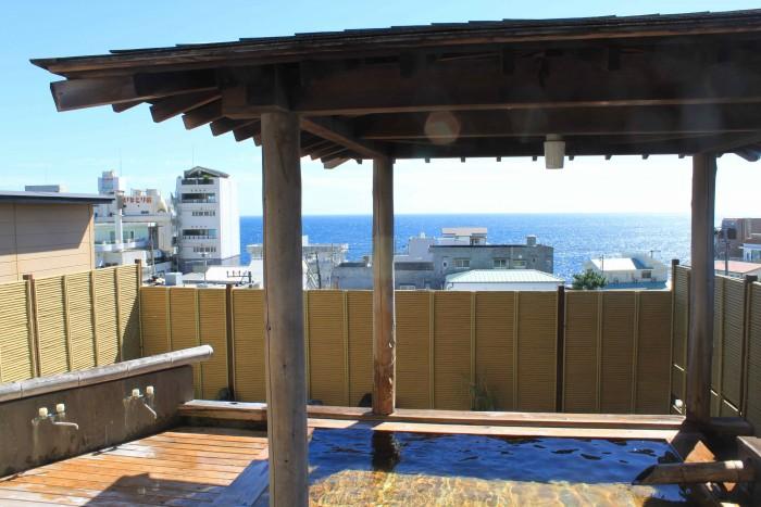水平線を見渡せる、開放的な露天風呂。