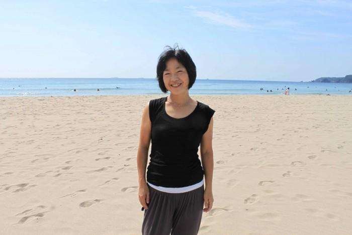 ビーチで私たちを待っていたのは、ショートヘアがお似合いの鈴木こなみ先生。