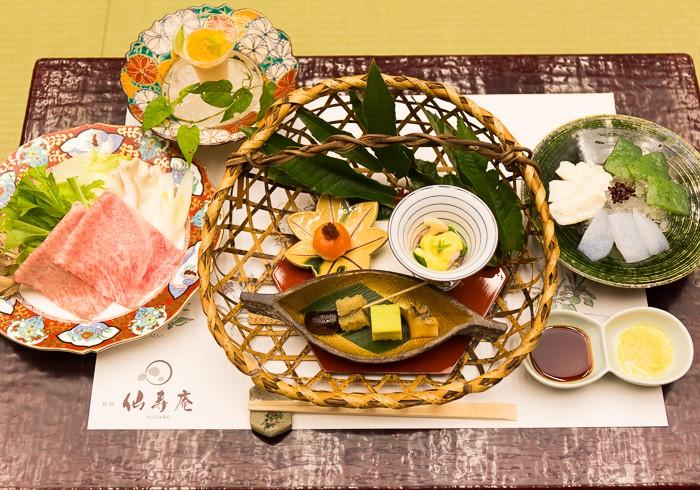 地元の食材をふんだんに取り入れた懐石料理(写真は、夕食の一部)。