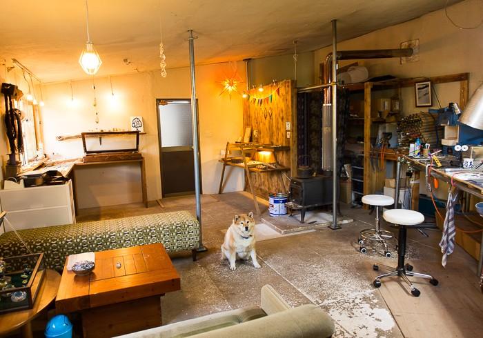 ガラス工房と犬