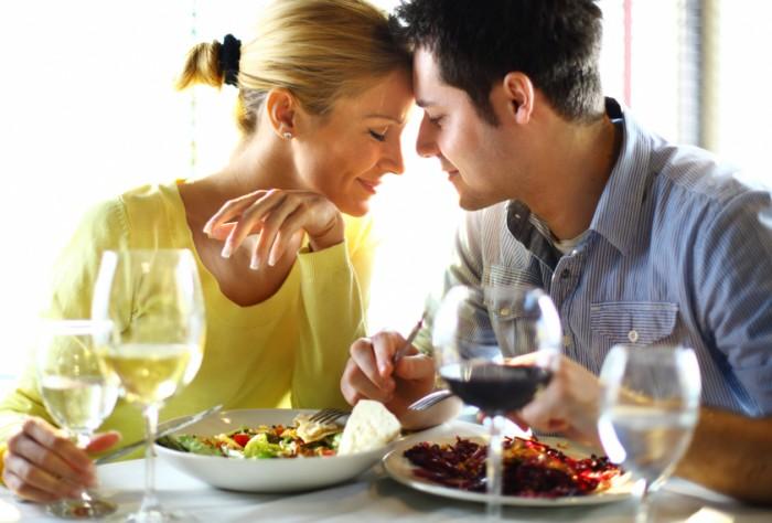 食事は2人の距離を縮める作業。