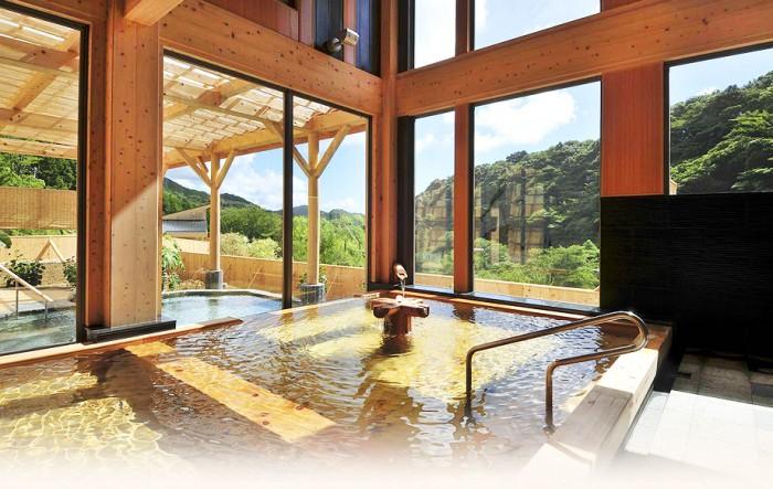 心身ともにリラックスできる檜のお風呂と美肌の湯。